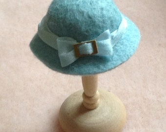 Handmade 1/12th scale dollshouse miniature blue/green felt hat