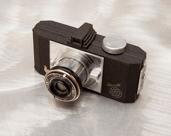 Beautiful UNIVEX IRIS Camera - Streamline Art Deco Design - Die Cast Metal - Mint Condition with Leather Case