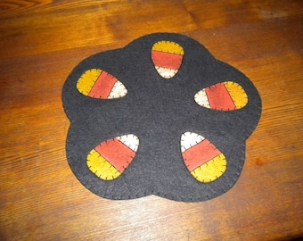 12 inch scalloped candy corn candle mat