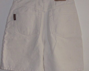 Vintage 80's WHITE DENIM SHORTS- High Waisted Distressed Shorts-Zipper Front Yoke Back Slim Waist Fit Size 5
