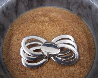 Lovely solid looking silver bow brooch