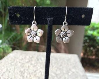 Silver tone daisy flower earrings
