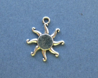 10 Sun Charms - Sun Pendants - Sun Starburst - Antique Silver - 17mm -- (No.16-10818)