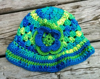 Crocheted brimmed hat for fall or spring, cap style with flower applique