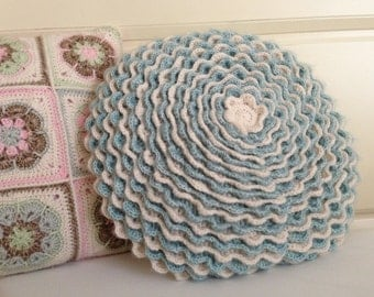 Crochet round cushion-blue/Cream