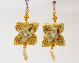 "Earring in origami ""Ivory and Gold Flower"""