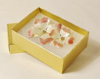 Vintage KC White Flower Brooch Pin