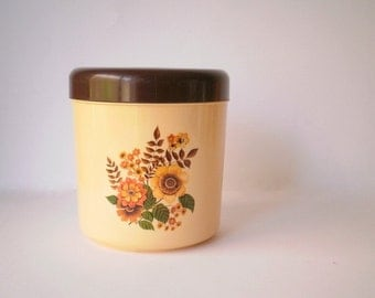 Vintage kitchen canister.Made in Australia by the British Plastics Company for Hostess, model: 532.