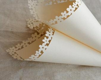 Ivory/cream confetti cones, white confetti cones with cherry blossom flower edge (x10)