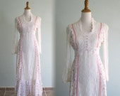 Vintage 1970s Dress - Pretty Pink Calico Prairie Dress with White Lace Trim - 70s Calico Prairie Dress S M