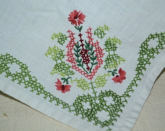 Embroidered linen napkins / placemats / vintage / set of 4 / red / green / floral / embroidery / table linens / linens / vintage linens