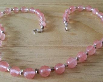 Collana con sfere di vetro rosa e inserti in argento 925.