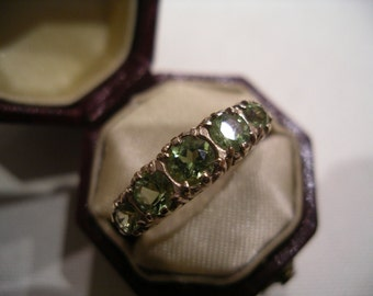 Vintage 5-stone Peridot ring in 9K Yellow Gold. Circa 1960's.