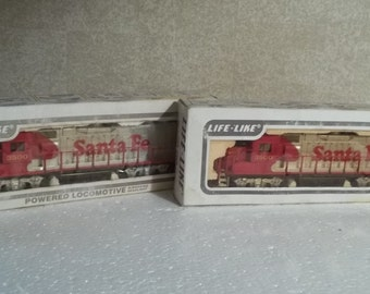 Life Like Santa Fe Powered, and unpowered set NIB HO gauge