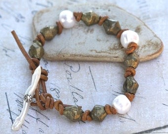 African and freshwater pearl leather bracelet