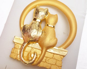JJ Cats On A Brick Wall Brooch Gold Plated 1980s