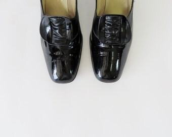Vintage 1960s Shoes / 60s Shoes / MOD Shoes Black Shoes Patent Leather Shoes / Pilgrim Size 9