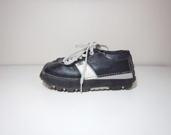 90s platform black and off white leather lace up sneakers size 7.5