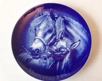 wall hanging plate with mother horse and foal motif, cobalt blue horse wall hanging plate, alt tischenreuth germany, 1986