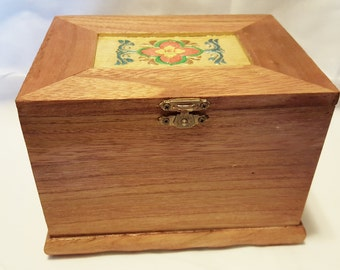 4E Rectangular jewelry box with flower design