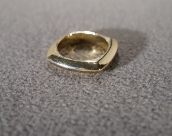 vintage gold tone square ring with beveled edges, size 5   M7