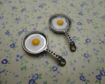10 pcs of gunmetal black color metal frying pan with egg pendant charm , 32*17mm , MP331