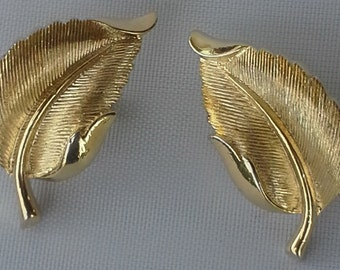 Vintage clip on earrings Trifari in textured and shiny gold tone
