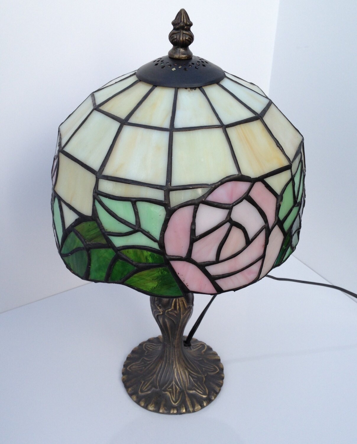 stained glass lamp consists of raised leaf lamp base with a. Black Bedroom Furniture Sets. Home Design Ideas