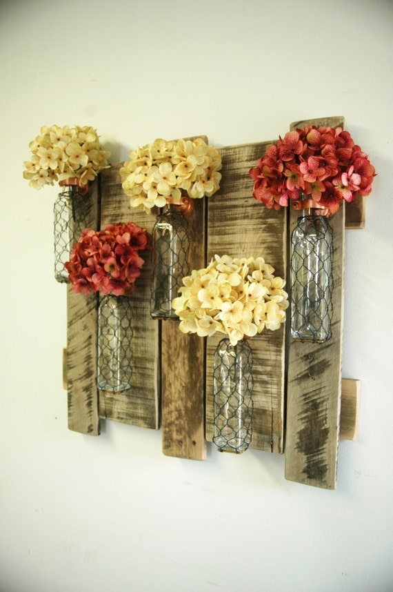 Pallet wall decor with chicken wire bottles shabby chic for Deco murale shabby chic