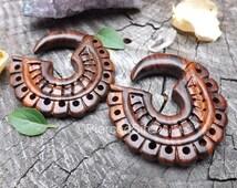 Hanging wood gauges plugs organic sono wood hand carved brown gauged ear body jewelry dangle plug taper earrings pair 2g 0g 4g 6g intricate