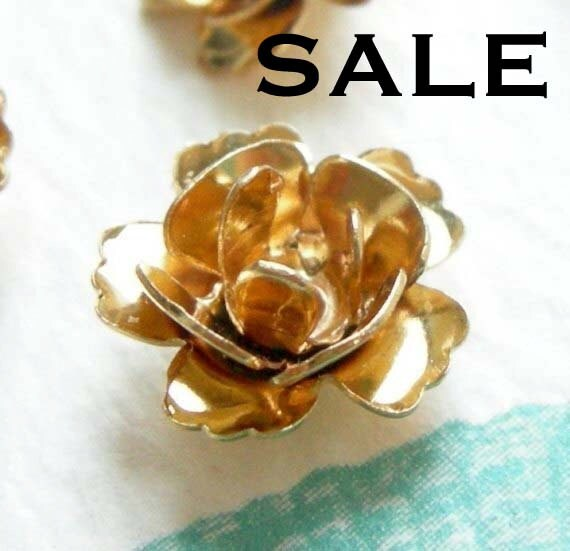 LOW Stock - Vintage Gold Plated Flower Charms / Beads (24X) (V249) S A L E - 50% off
