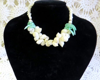 1084 - Vintage Green & Cream Shell Necklace