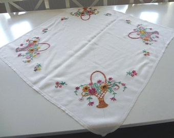 Vintage Tablecloth Summer Baskets Hand Embroidered on Rayon - EnglishPreserves