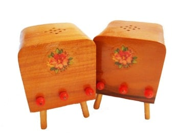 1950s TV Salt and Pepper Shakers Wooden Television Set Miniature TV Retro Kitchen Decor Dollhouse Rose Decals