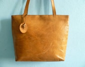 Vintage leather tote bag shoulder bag purse / zippered / caramel brown leather / big spacious / 1970s 70s
