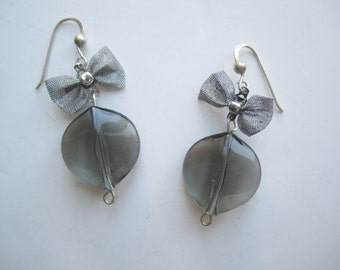 Grey Earrings ./. Acrylic Leaf Earrings ./. Gray Earrings ./. Bow Dangles ./. Elegant Earrings ./. Leaf Shaped Bead ./. Made in Sweden