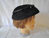 Black Velvet and Felt Cloche Hat/Vintage 1970s/Betmar Cloche
