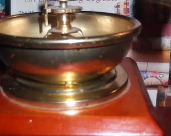Vintage hand crank coffee grinder, beautiful condition, works, grinds a great cup of coffee