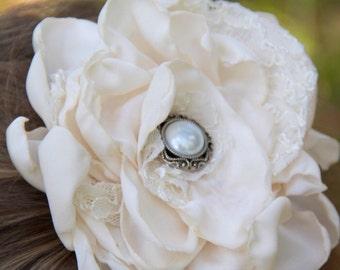 wedding flower hair clip, ivory hair clip, ivory flower hair clip, ivory lace hair clip, ivory wedding hair clip, lace hair clip, pearl clip