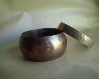 2 vintage brass bangles, hammered bangle, large bangle, solid brass bangles (53/73) (koyt3)