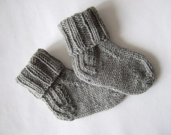 Knitted of 100% wool. Soft and warm light gray newborn baby socks ( 6 - 9 months ). Handmade.