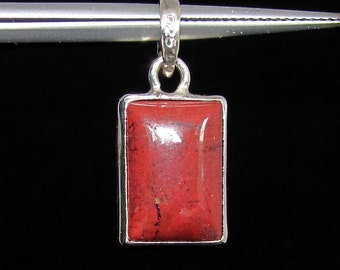little sterling silver gemstone pendant with a rectangle shaped  jasper cabochon marked 925 (GP331)