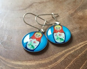 Dangeling Matryoshka earrings: light blue, blue, white and red.