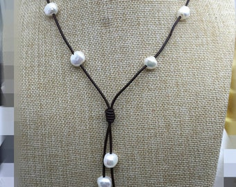 Baroque pearl leather necklace,Pearl and Leather Lariat Necklace,Leather Pearl necklace,Leather baroque pearl necklace,Tan leather,Le1-010