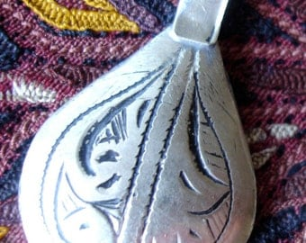 Moroccan  small cushion hand engraved pendant