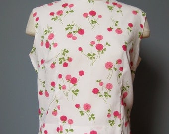 Pink Rose Blouse / Vtg 50s / Jo Matthews Pink Roses on White Blouse / Button in back / Sleeveless / Crop Top