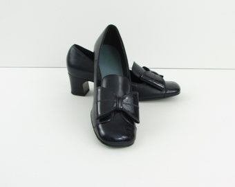 La Demoiselle Bow Pumps - Vintage 1960s Navy Patent & Leather Heels in 6.5 / 7  by Chaussure Bermi - Unworn Deadstock