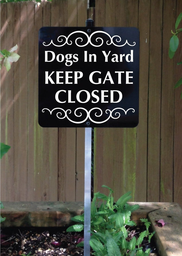 dogs in yard keep gate closed sign with attached by signmachine. Black Bedroom Furniture Sets. Home Design Ideas