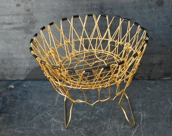 French retro egg basket or wire basket for drying lettuce. This incredibly verstatile basket is in a very retro style, gold and black wire.