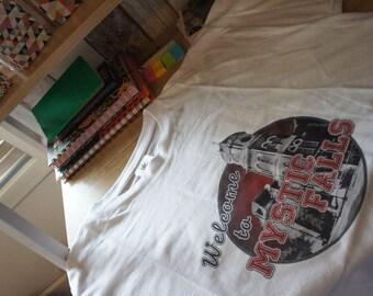 "Tee-shirt ""Welcome To MYSTIC FALLS"" - The Vampire Diaries / Damon /Stefan /Elena / Klaus / Caroline / Bonnie"